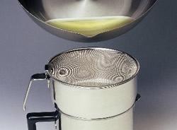 調理後少し冷めた油をゆっくり注ぐだけ